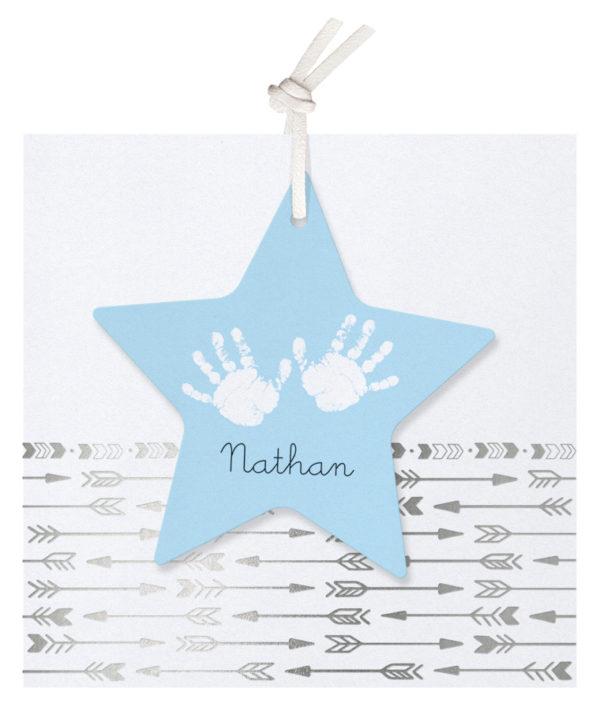 Geboortekaartje met zilveren pijlen en ster label met handjes
