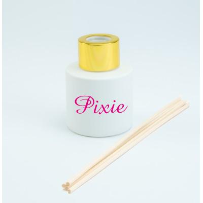 Rond wit mat parfumflesje met gouden sluiting en geurstokjes (kopie)